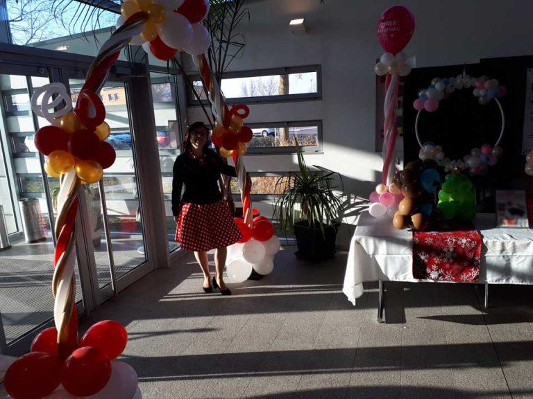 Décoration d'un hall d'accueil pour un anniversaire, réalisée par Anouk sculptrice sur ballons