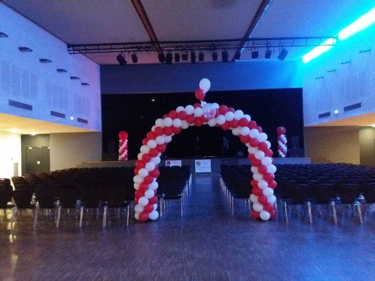 Décoration d'une salle de spectacle à l'occasion d'un spectacle de magie, réalisée par Anouk sculptrice sur ballons